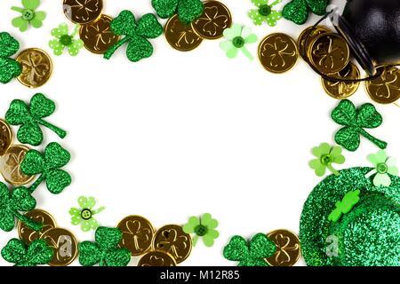 St Patricks Day frame isolé sur un fond blanc. Voir ci-dessus avec pot d'or, de trèfles et de chapeau de leprechaun. Banque D'Images
