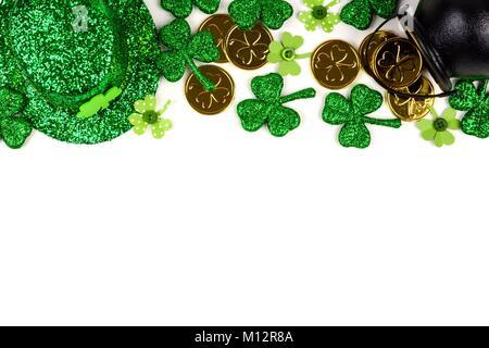 St Patricks Day haut isolé sur un fond blanc. Voir ci-dessus avec pot d'or, de trèfles et de chapeau de leprechaun. Banque D'Images
