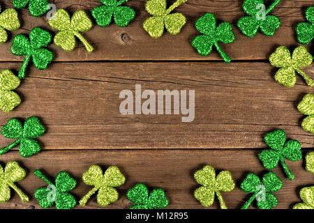 St Patricks Day image de cuir de trèfles, au-dessus d'un fond de bois rustique Banque D'Images