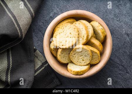 Bruschetta de pain croûté en bol en bois. Banque D'Images