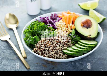 Bol végétalien avec des légumes frais, d'avocat et de quinoa Banque D'Images