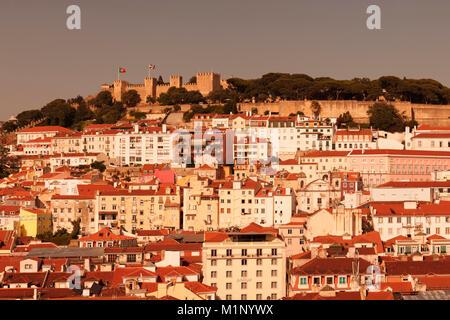 Vue sur la vieille ville de Castelo de Sao Jorge Castle au coucher du soleil, Lisbonne, Portugal, Europe Banque D'Images