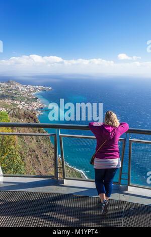 Madère Madère portugal Cabo Girao'sur plate-forme d'observation en verre à Cabo Girao skywalk une haute falaise Banque D'Images