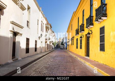 Vieille rue étroite avec des lanternes près de la Plaza de Bolivar à Cartagena, Colombie. Banque D'Images