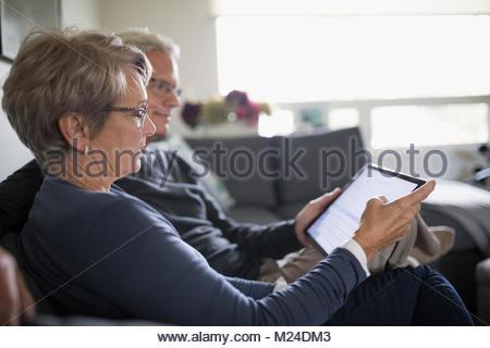 Senior couple sur canapé Banque D'Images