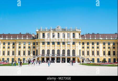 L'Autriche, Vienne, la façade arrière du palais Schönbrunn vu du jardin Banque D'Images