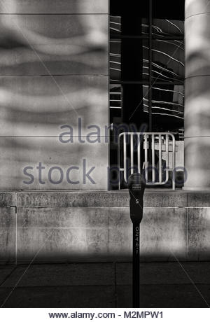 Matin reflète la lumière venant des fenêtres de l'autre côté de la rue. Banque D'Images