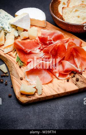 Plaque de la viande de jambon de pays italien ou espagnol jambon et fromage Banque D'Images