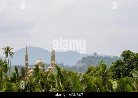 Les minarets et dôme de la mosquée de cristal ou Masjid Kristal à Kuala Terengganu, Malaisie s'élevant au-dessus Banque D'Images