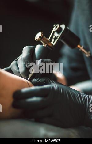 Tatoueur professionnel rend le tattoo Banque D'Images