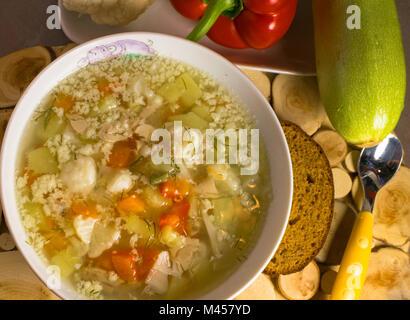 Soupe de légumes poulet bébé-carotte, pommes de terre, courgettes, oignons, protéines d'oeuf de repas Banque D'Images
