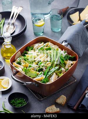 Pâtes aux légumes verts et sauce crémeuse Banque D'Images
