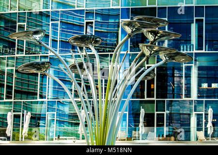 Lumières de rue moderne à Porta Nuova à Milan, Italie. Porta Nuova est le principal quartier des affaires de Milan. Banque D'Images