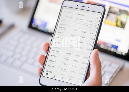 Contrôler les taux de change sur un smartphone Banque D'Images