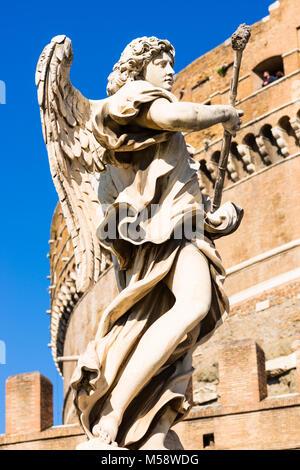 Ange baroque du Bernin sculptures Ponte Sant'Angelo bridge avec le Castel Sant'Angelo (Château de Saint Ange). Rome. Banque D'Images