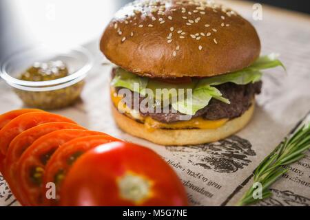 Big tasty burger sur la table Banque D'Images