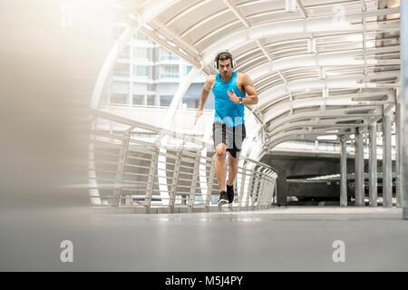 Mettre en place l'homme en marche sur un pont de la ville Banque D'Images