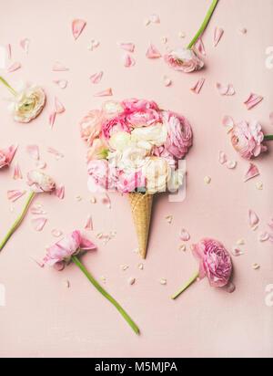 Cornet gaufré avec fleurs renoncule rose et blanc Banque D'Images