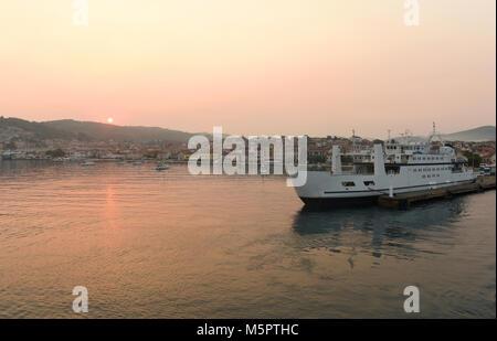 Lever du soleil à port de Vela Luka sur l'île de Korcula, Croatie. Banque D'Images