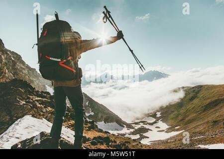 Backpacker homme sur la montagne de succès Voyage aventure concept survie vie active en plein air vacances journée Banque D'Images