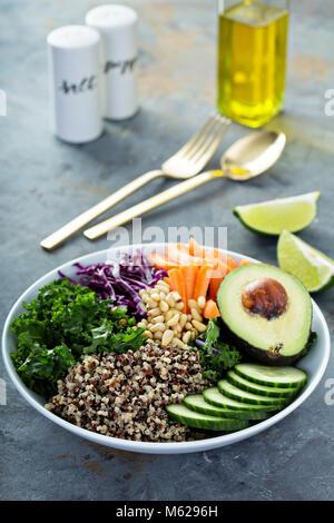 Bol vegan avec légumes et quinoa Banque D'Images