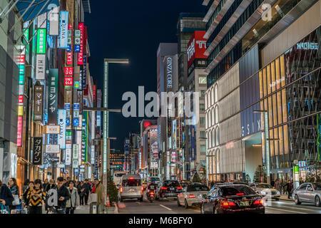 Ginza, Tokyo - Décembre 2017: des panneaux publicitaires, des enseignes au néon et les personnes bénéficiant de Banque D'Images