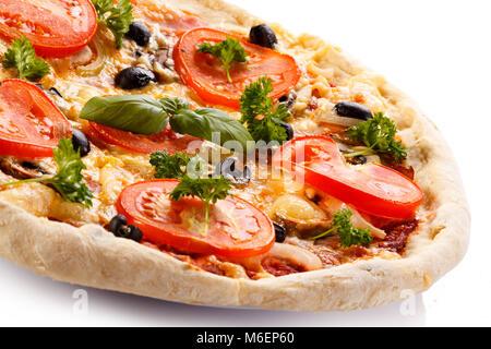 Pizza au jambon, tomates, champignons et olives Banque D'Images