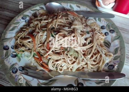Plat de nouilles légumes frits avec légumes à Tengboche, Camp de base de l'Everest trek, au Népal Banque D'Images