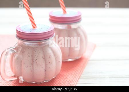 Smoothie aux fraises en bonne santé dans un pot Mason un mug Banque D'Images