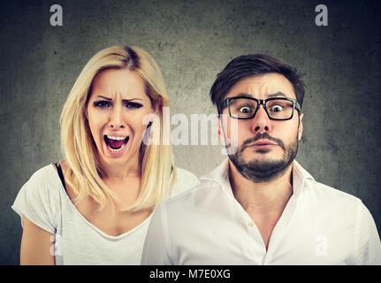 Fou de colère femme criant et craintif a souligné l'homme Banque D'Images