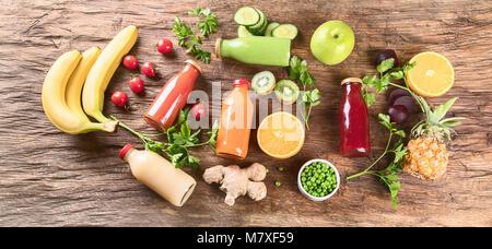 Produits frais bio de fruits, légumes, smoothies et jus de fruits. Régime alimentaire de désintoxication. Vue d'en Banque D'Images