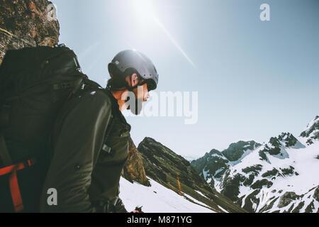 L'aventurier de l'homme en montagne escalade aventure voyage concept de vie actif en plein air vacances extrêmes Banque D'Images