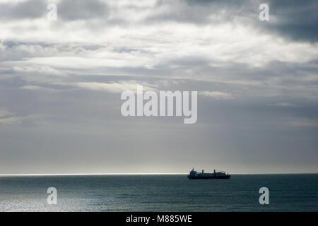 La baie de Lyme, Portland. 15 mars 2018 - un navire chargé de pales d'éolienne géante se réfugie au large plage Banque D'Images