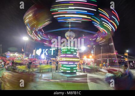 Fête foraine attraction dans la soirée par la rivière, Kuala Terengganu, Malaisie péninsulaire Banque D'Images
