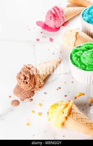La fonte des glaces faites maison différente de la crème dans des bols et waffle ice cream cones, blanc vanille, Banque D'Images