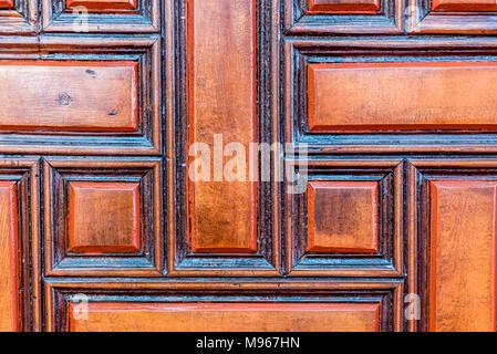 Vieux bois sculpté ancienne porte de mosquée Schappelijk-i Cedid situé dans Uskudar Istanbul,Turquie,. Banque D'Images
