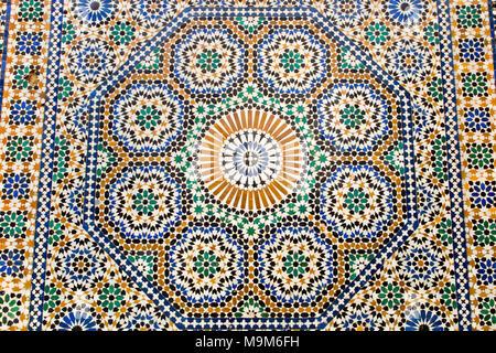 Maroc, Meknès, Place el-Hedim, zelliges colorés carrelage à motifs décorant une fontaine Banque D'Images