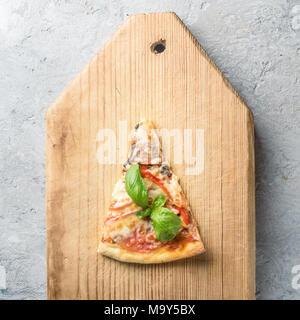 Un morceau de pizza italienne aux tomates et bacon champignons che Banque D'Images