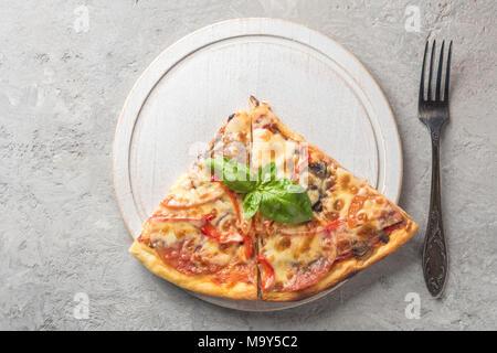 Deux morceau de pizza italienne aux tomates et bacon champignons che Banque D'Images