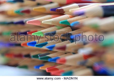 Gros plan extrême de crayons de couleur qui sont empilés et doublé et n'ont pas été utilisés. Concept pour la classe d'art ou d'être prêt pour l'école. Banque D'Images