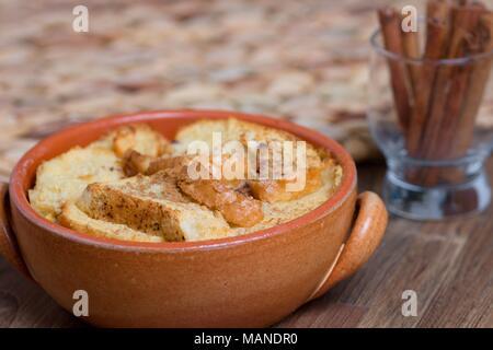 Pain et beurre au lait en pot en terre cuite Banque D'Images