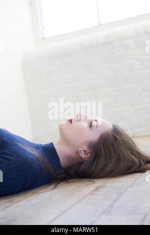 Belle femme allongée sur le sol jusqu'à la Banque D'Images