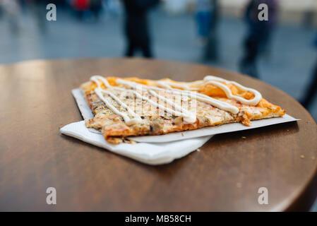 Une délicieuse cuisine italienne pizza slice servi sur table en bois. Banque D'Images