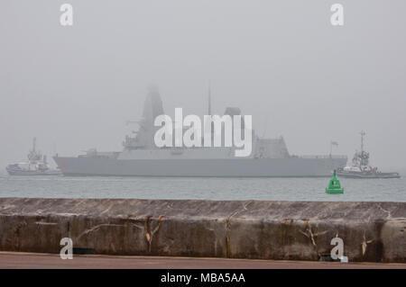 Portsmouth, Royaume-Uni. Le 9 avril, 2018. La Royal Navy Destroyer Type 45, HMS Dragon, est enveloppé dans le brouillard de la mer dans le Solent, après avoir quitté la base navale de cet après-midi. Crédit: Neil Watkin / Alamy Live News Banque D'Images
