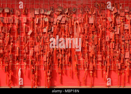 De nombreuses cartes rouges qui souhaitent accrocher dans Dongyue temple, de l'est le centre de Pékin, Chine Banque D'Images