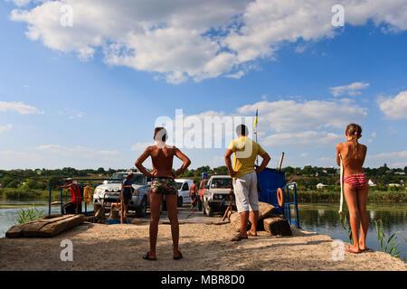 Les enfants sont en attente pour le ferry. Banque D'Images