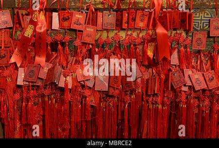 De nombreuses cartes, rouge, qui veulent pendre à l'intérieur de temple Dongyue dans l'est le centre de Pékin, Chine Banque D'Images