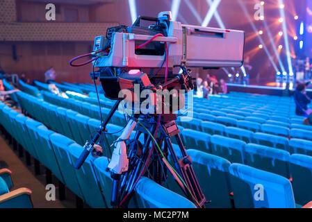 Caméra vidéo professionnelle sur un trépied avec un écran pour le tournage d'événements et la diffusion TV de la salle de concert Banque D'Images