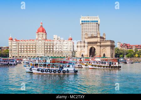 La porte de l'Inde et bateaux vus de la Mumbai Harbour à Mumbai, Inde Banque D'Images
