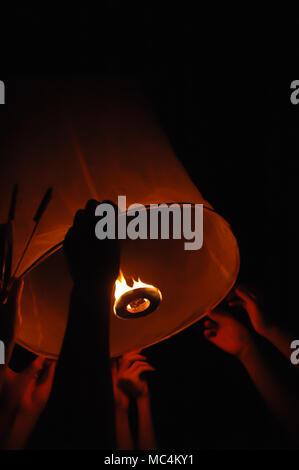 Yi Peng battant lanterne de flamme à Chiang Mai en Thaïlande Festival Kratong Banque D'Images
